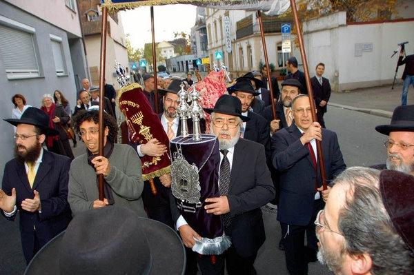 Prozession mit Thorarollen